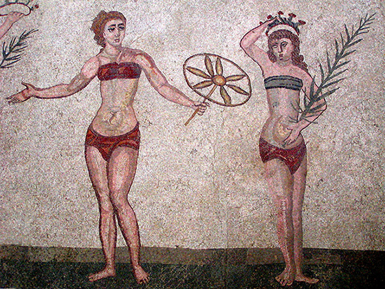 В одном из первых любовных посланий, написанном еще в VI веке до н. э. в Египте сказано: «Я хотел бы стать повязкой на твоей груди». А на одной из вилл античного Рима сохранилось изображение девушек, занимающихся гимнастикой в раздельных костюмах, то есть трусах и бюстгальтерах.
