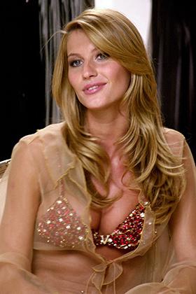 Бразильская супермодель Жизель Бундхен демонстрирует бюстгальтер Fantasy Bra британского бельевого дома Victoria's Secret, украшенный рубинами, бриллиантами и полудрагоценными камнями 7 декабря 2000 года на открытии торгового дома Victoria's Secret lingerie store в Нью-Йорке.