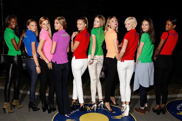 Благодаря ярким и узнаваемым футболкам Ральфа Лорена знают не только представители upper middle class, но и более демократичные покупатели.