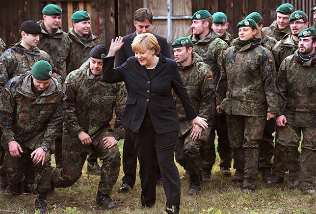 Ангела Меркель во время посещения тренировочной базы бундесвера
