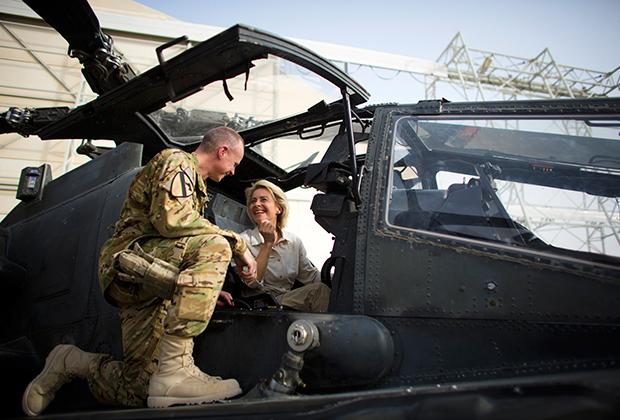 Американский солдат рассказывает Урсуле фон дер Ляйен о вертолете AH-64D Apache