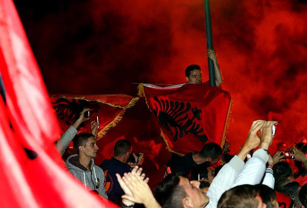 Албанские футбольные фанаты встречают национальную сборную, 15 октября 2014 года