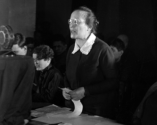 Член коллегии наркомата Рабоче-крестьянской инспекции Розалия Землячка во время выступления на вечере, посвященном 8 марта. Фотография 1930 года.