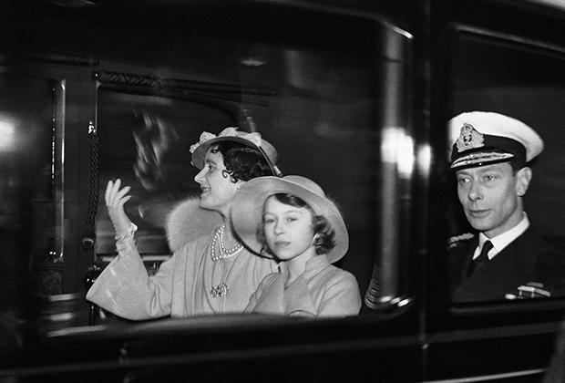Король Георг VI с королевой и маленькой принцессой Елизаветой, 1937 год