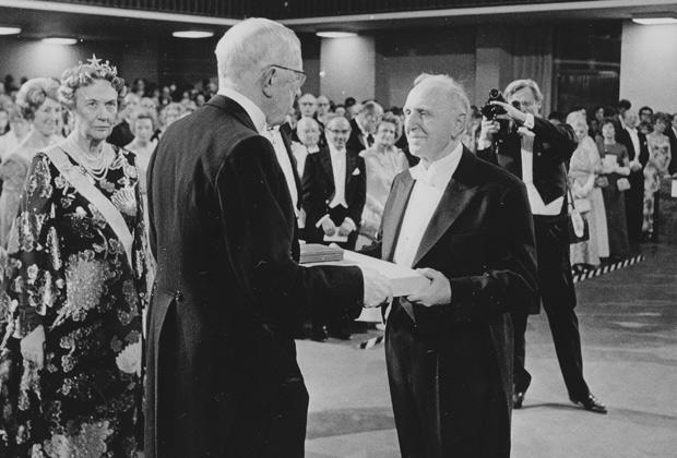 Саймон Кузнец получает Нобелевскую премию от короля Густава Адольфа в Стокгольме, Швеция, декабрь 1971 года