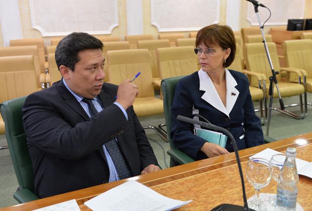 Сенатор от Республики Алтай Владимир Полетаев и сенатор от Волгоградской области Елена Попова