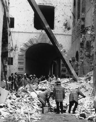 Пожарные после теракта разбирают завалы во дворе галереи Уффици. 27 мая 1993 года