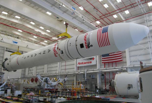Ракета-носитель Antares в апреле 2013 года перед размещением на пусковом комплексе космодрома Уоллопс