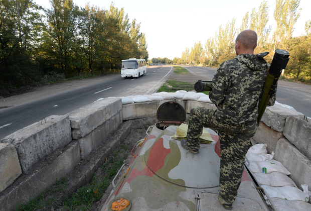 Боец народного ополчения на блокпосту на окраине Горловки