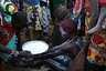 Девочка из племени Покот только что прошла процедуру обрезания в деревне в 80 километрах от кенийского города Маригат.