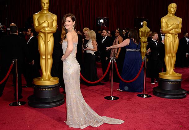 Округлые формы актрисы Джессики Бил — предмет постоянного обсуждения поклонниками и недоброжелателями, которые все гадают: свои или сделанные?