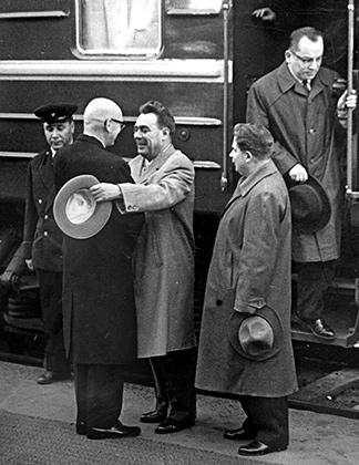 Председатель Президиума Верховного Совета СССР Леонид Брежнев и президент Финляндии Урхо Калева Кекконен (слева) на вокзале в Хельсинки.  22 сентября 1961