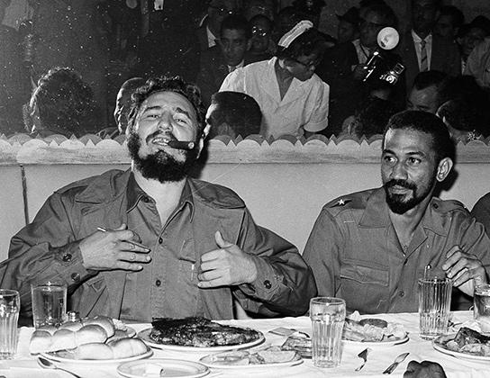 Фидель Кастро (слева)