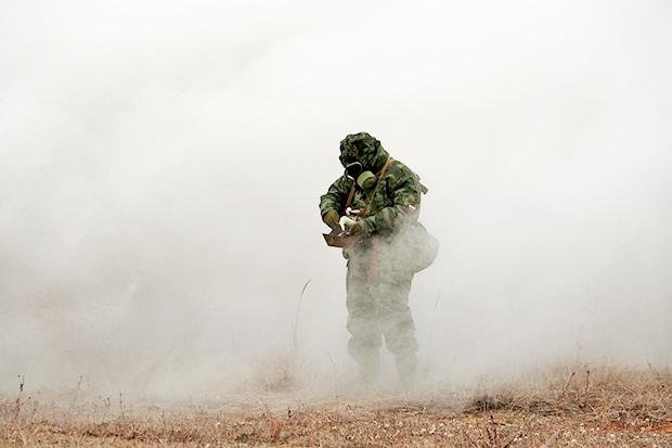 Разведчик войск РХБЗ в противогазе ПМК-3