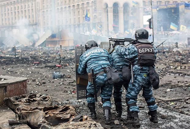 Сотрудники правоохранительных органов на Майдане Независимости в Киеве, где происходят столкновения митингующих и сотрудников милиции.