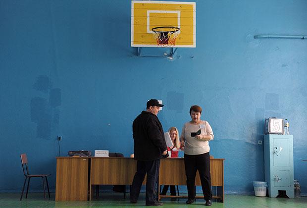 Украина, Автономная Республика Крым, Ялта Референдум о статусе Автономной республики Крым (АРК). Голосование на избирательном участке.