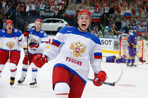 Russia's Sergei Plotnikov (C) celebrates his goal against Sweden during the first period of their men's ice hockey World Championship semi-final game at Minsk Arena in Minsk May 24, 2014.         REUTERS/Vasily Fedosenko (BELARUS  - Tags: SPORT ICE HOCKEY TPX IMAGES OF THE DAY)   - RTR3QN6N