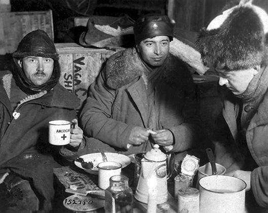 Декабрь 1918 года. Вологда. Служащие американского Красного Креста перевозят в Россию консервы, оставшиеся после вывода войск из Европы