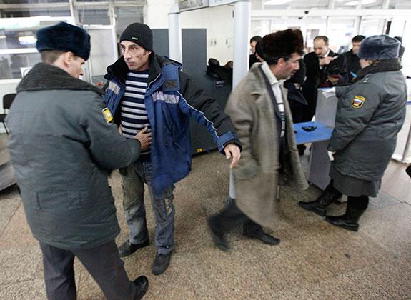Обыск пассажира в аэропорту Емельяново в Красноярске