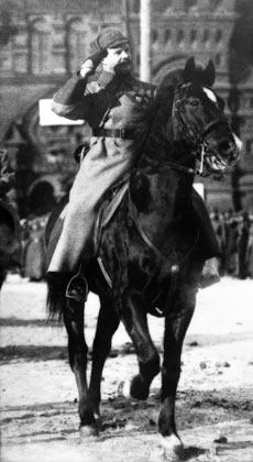 Михаил Фрунзе принимает парад на Красной площади. Репродукция снимка 1925 года