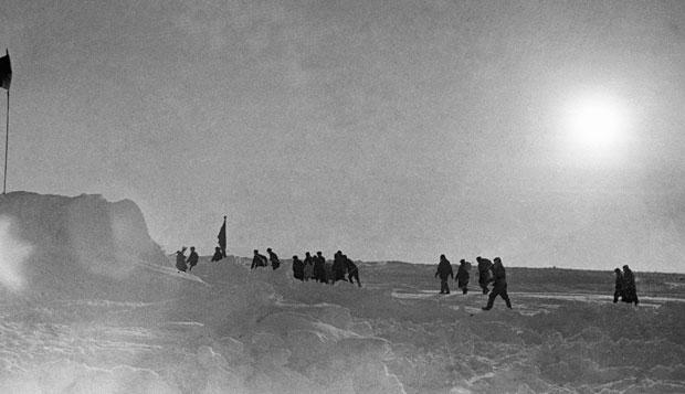 Папанинцы и члены спасательной экспедиции покидают лагерь «СП-I» в Арктике