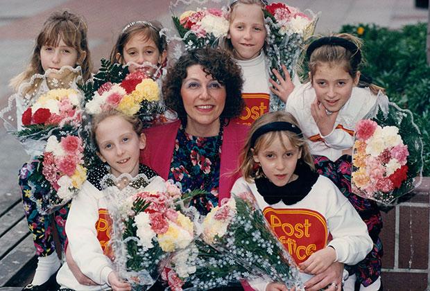 Джанет со своими дочерьми во время их учебы в школе