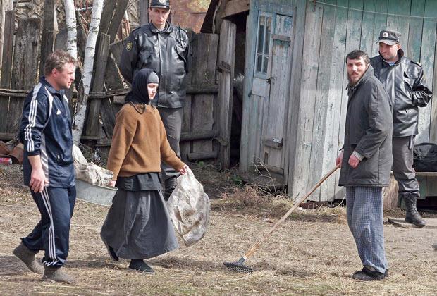 Петр Кузнецов (справа) во дворе молельного дома в селе Никольское Бековского района Пензенской области