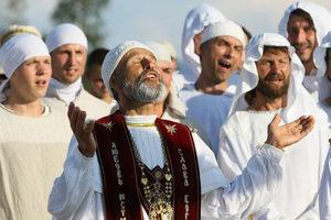 Священник Сергей поет псалмы во время литургии у символа веры в праздник «Добрых Плодов» последователей церкви «Последнего Завета»