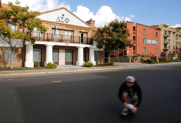 Дом на территори кампуса Университета Сан-Диего, принадлежащий братству «Дельта Сигма Фи»