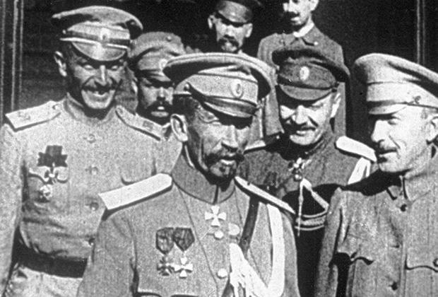 Генерал Лавр Корнилов (в центре)