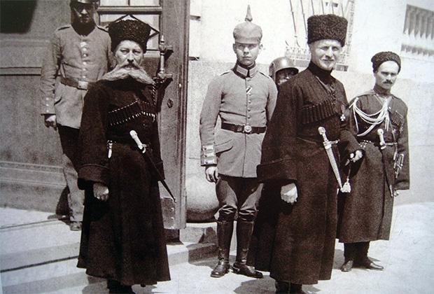 Павел Скоропадский (на переднем плане справа) и немцы