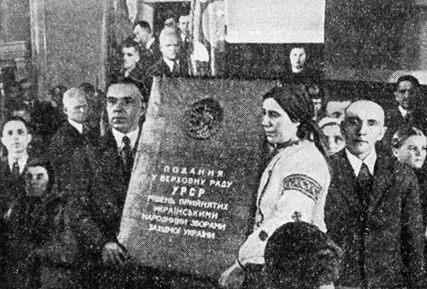 Депутаты Верховного Совета Западной Украины держат текст обращения о принятии Западной Украины в состав УССР. 1939 год