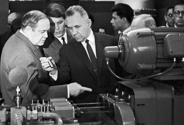 Зампред Совета министров СССР Леонид Смирнов (слева) и председатель Совета министров Алексей Косыгин (справа) осматривают экспонат Промышленной выставки Швейцарии в Сокольниках.