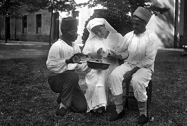 Франция. 1917 год. Сестра милосердия за перевязкой