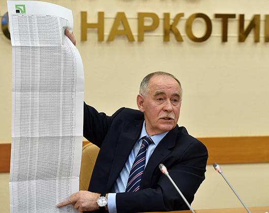 Директор ФСКН России Виктор Иванов со списком запрещенных наркотических средств