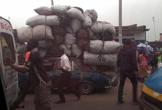 Обычная жизнь на улицах Киншасы