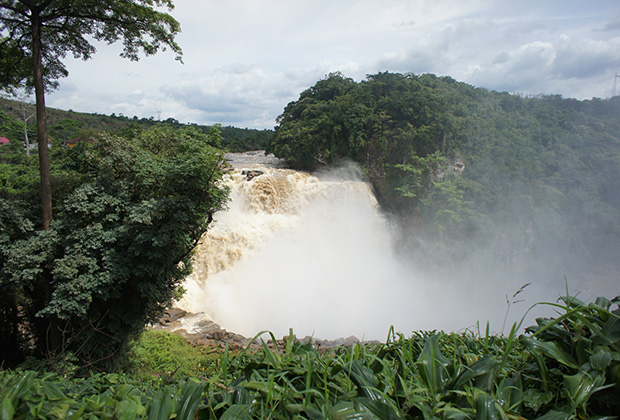 Водопад Зонго (высота 67 метров) — чудо природы, расположенное в 130 километрах от Киншасы