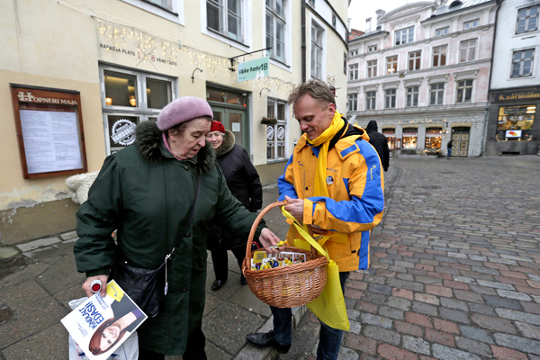 Reform party candidate Imre Sooaar (R) distributes general election leaflets in Tallinn February 20, 2015. Estonia's center-right Reform Party is likely to retain power in Sunday's election and form another pro-NATO coalition, after a campaign dominated by security worries following neighboring Russia's involvement in Ukraine.