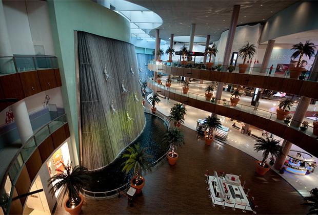 Знаменитый и самый большой в мире ТРЦ «Дубай Молл» (Dubai Mall).
