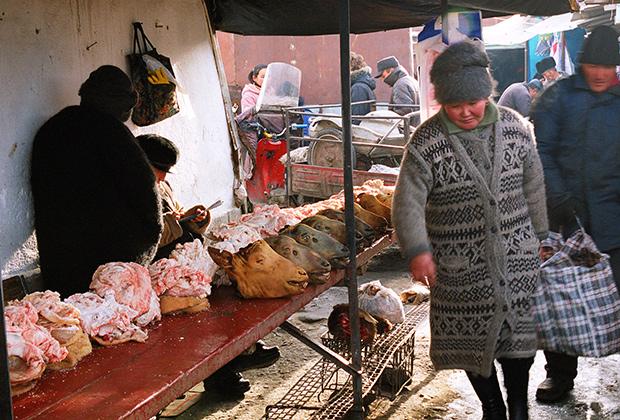 Торговля мясом на скотном рынке в Киргизии