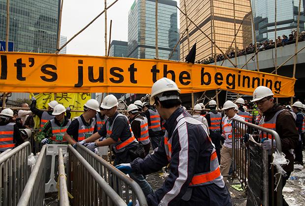 Коммунальщики разбирают баррикады после протестов в Гонконге