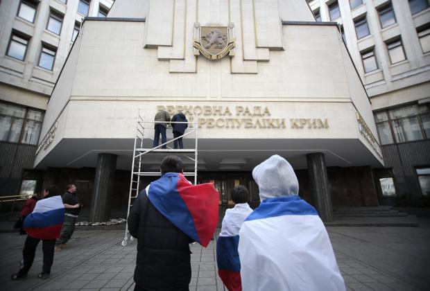 Рабочие снимают вывеску Верховной Рады Автономной республики Крым на украинском языке, 18 марта 2014 года