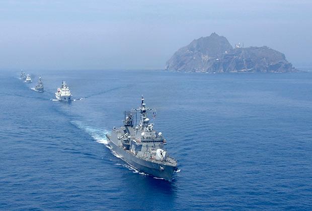 Боевой корабль Южной Кореи возле островов Токто.