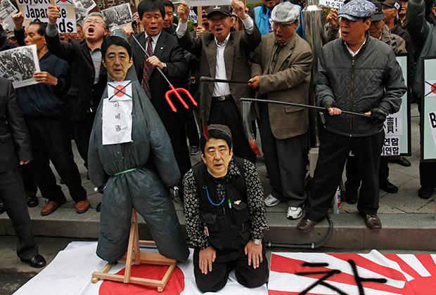 Антияпонские выступления в Сеуле перед зданием посольства Японии. 25 апреля 2013