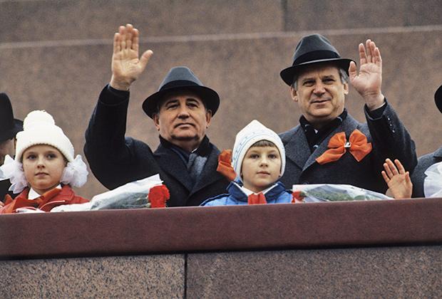 Михаил Горбачев и  Николай Рыжков (слева направо) на трибуне Мавзолея В.И. Ленина, 1989год