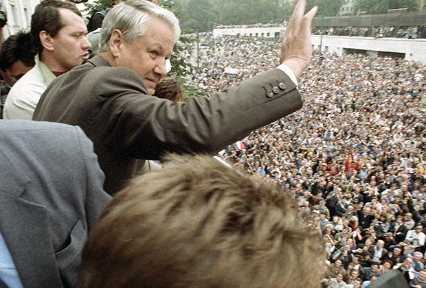 Борис Николаевич Ельцин приветствует участников митинга у здания Верховного совета РСФСР, 1991год