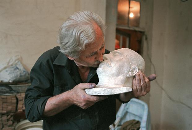 Руководитель частного музея Иосифа Сталина в Тбилиси с посмертной маской И.Сталина