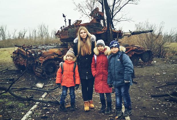 Марьяна с детьми во время первой поездки в Донбасс, 2014 год