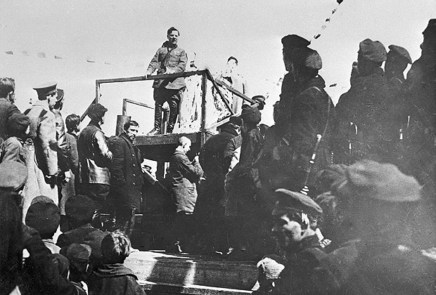 Климент Ефремович Ворошилов (на трибуне в центре) выступает в Луганске