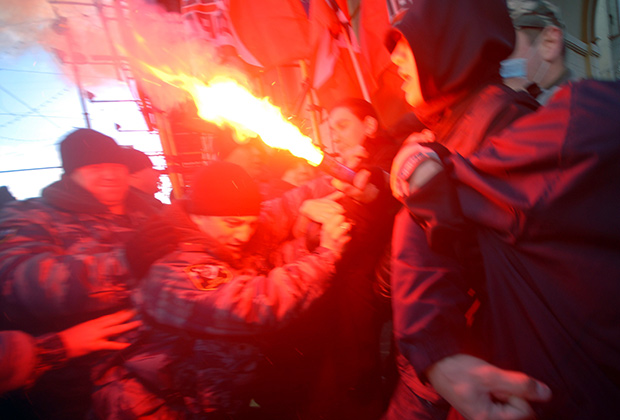 Задержание сотрудниками правоохранительных органов активистов «Левого фронта» и запрещенной национал-большевистской партии (НБП) во время праздничной демонстрации